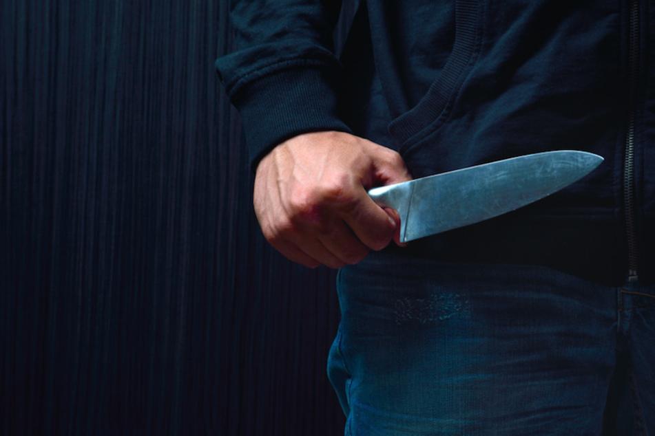 """""""In Rage"""": Mann sticht mit Küchenmesser auf Wohnungstür seines Nachbarn ein"""