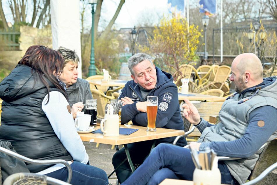 """Ungewohnt viel Platz im """"Miramar"""": Dana Eichler (44, l.), Karin (59) und Uwe Genkel (61) und Mario Eichler (49) genossen das Biergartenwetter."""