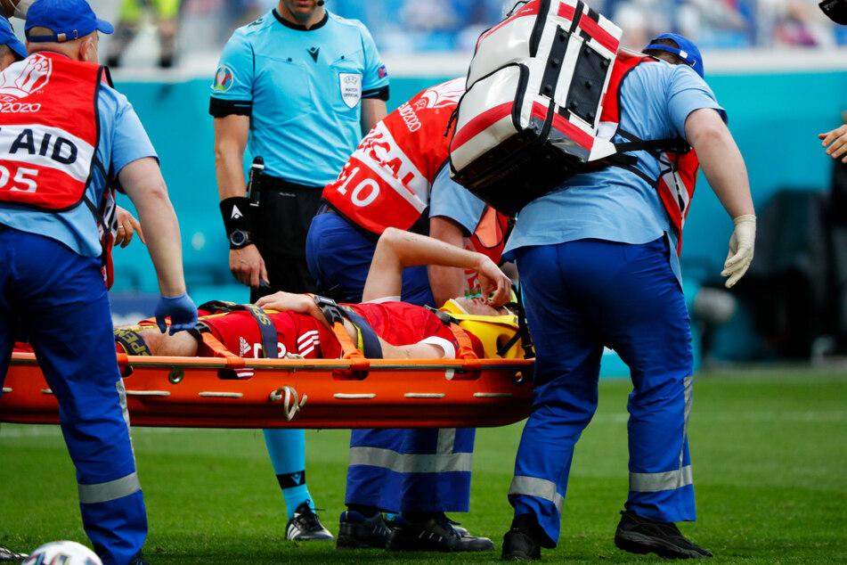 Mario Fernandes (auf der Trage liegend) musste verletzt ausgewechselt werden. Der russische Verteidiger prallte nach einem Luftzweikampf mit dem Kopf unglücklich auf dem Boden auf.
