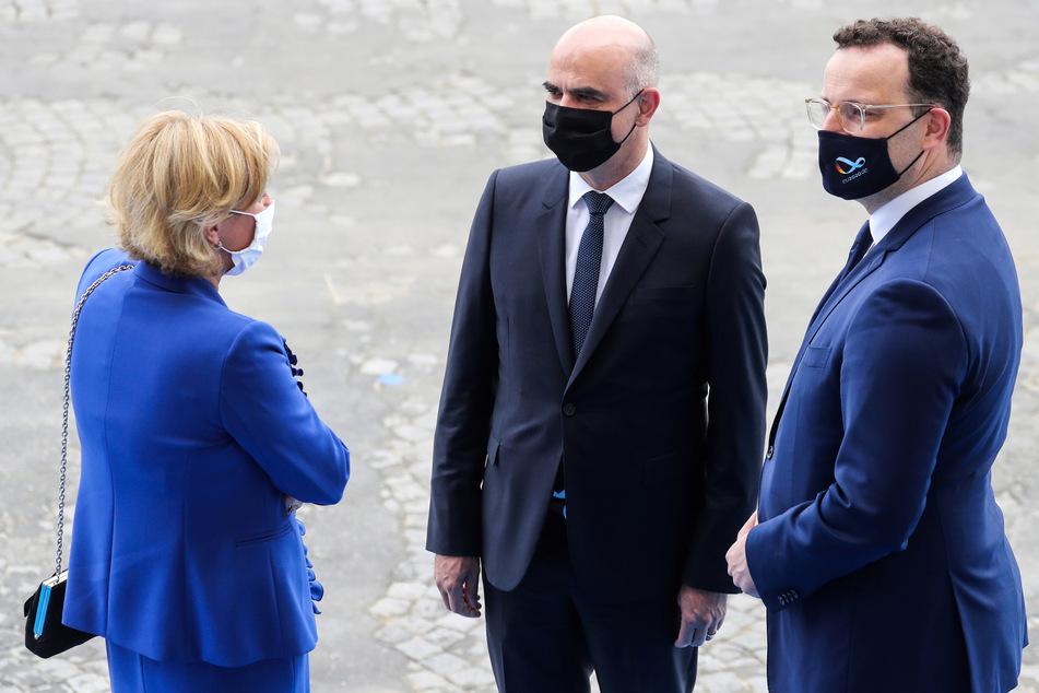Jens Spahn (CDU, r.), Gesundheitsminister von Deutschland, spricht bei Feierlichkeiten zum französischen Nationalfeiertag mit Alain Berset (M), Gesundheitsminister der Schweiz, und Paulette Lenert (l.), Gesundheitsministerin von Luxemburg.