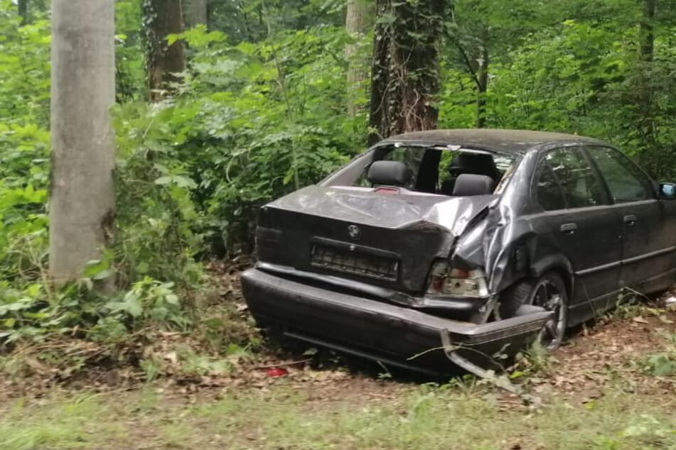 Betrunkener Autofahrer schlittert von Fahrbahn gegen Baumstumpf