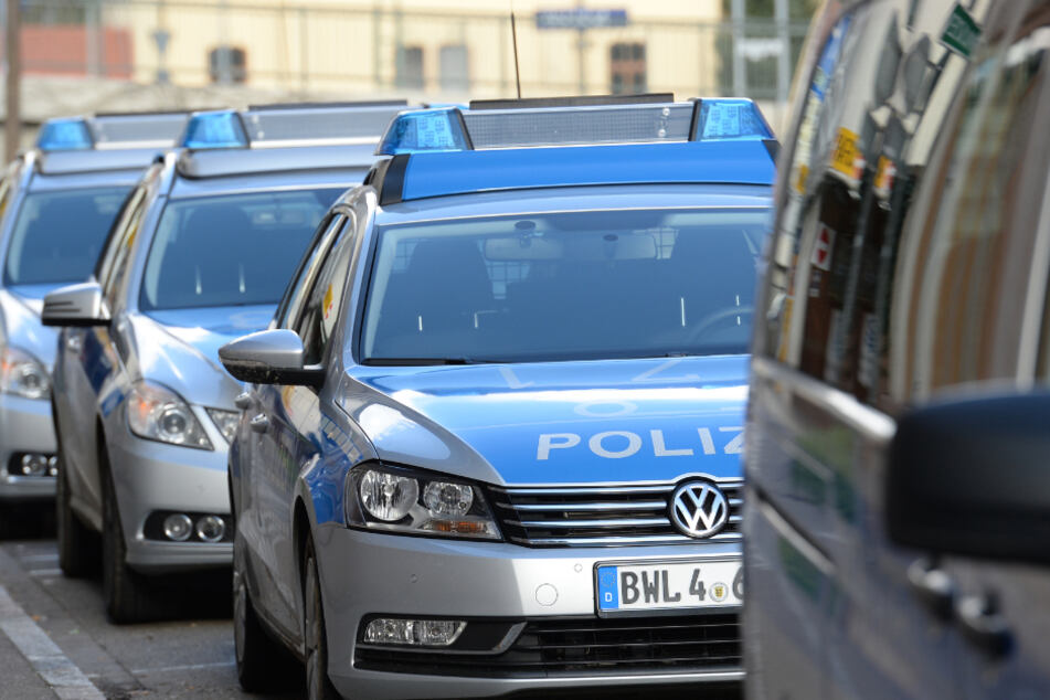 Polizeiautos stehen in Waldshut-Tiengen.