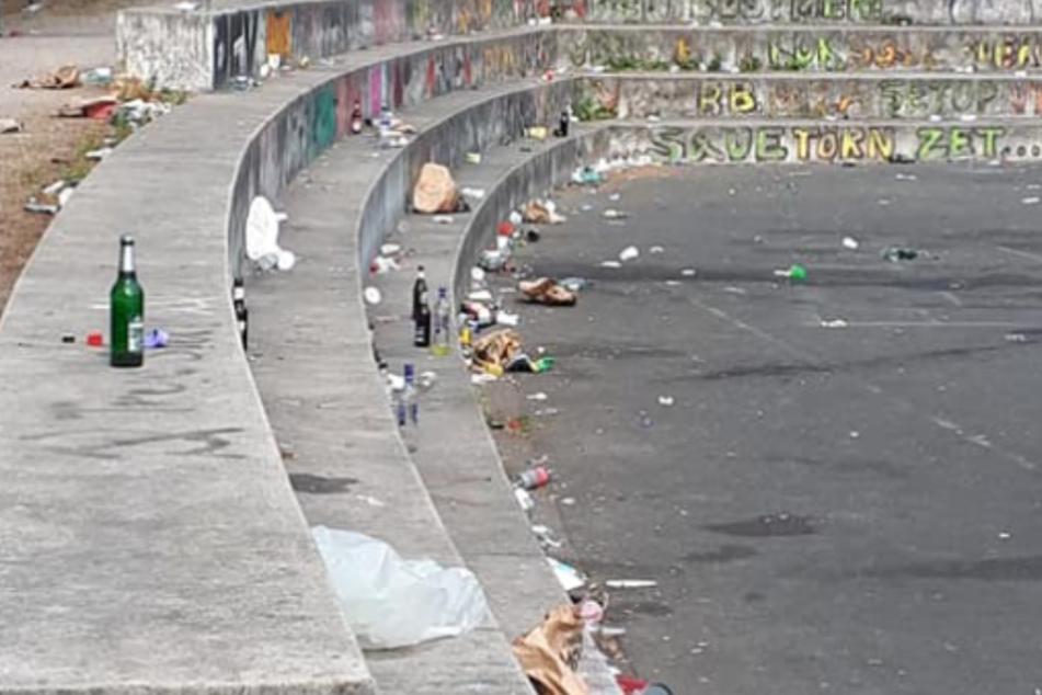 Die Treppe hinter dem Tierheim Köln Zollstock ist mit Müll bedeckt.