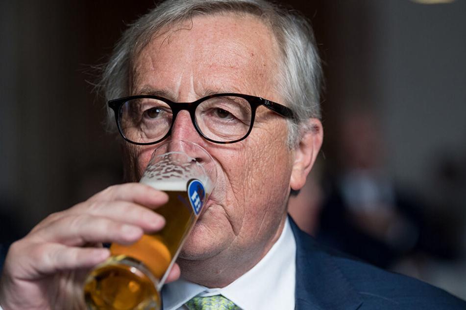 Jean-Claude Juncker (64) trinkt nach einer Rede im bayerischen Landtag ein Bier (Archivbild).