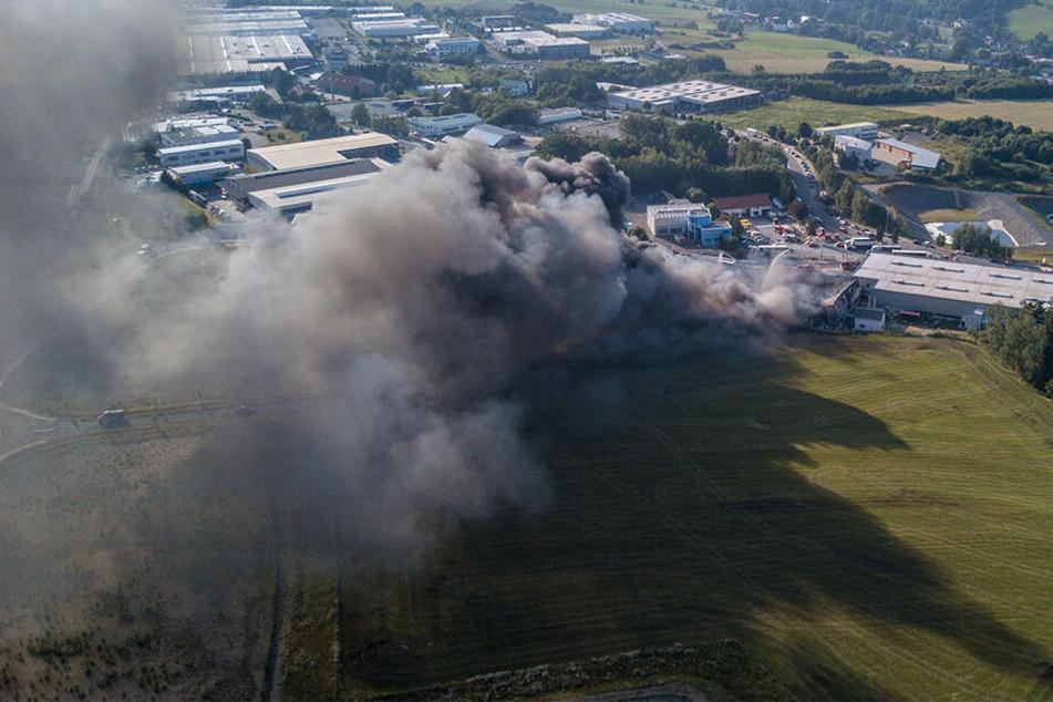 Eine dunkelgraue Rauchwolke zieht von dem Firmengelände auf.