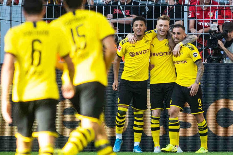 Jubel über die Vorentscheidung: Torschütze Marco Reus (Zweiter von rechts) freut sich mit Vorbereiter Jadon Sancho (M.) und Paco Alcacer (r.).