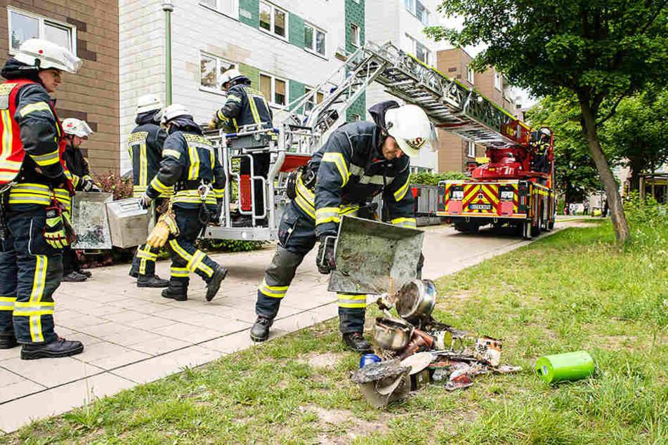 Töpfe und andere Gegenstände mussten aus der verbrannten Küche geholt werden.