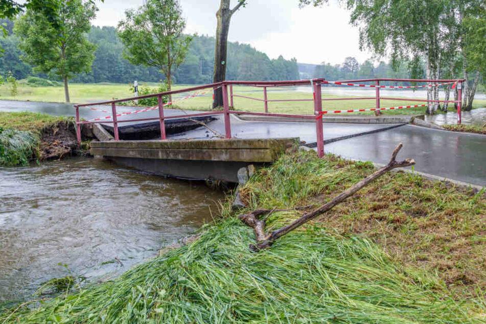 Zwischen Adorf und Hundsgrün ist eine Brücke teilweise eingestürzt.