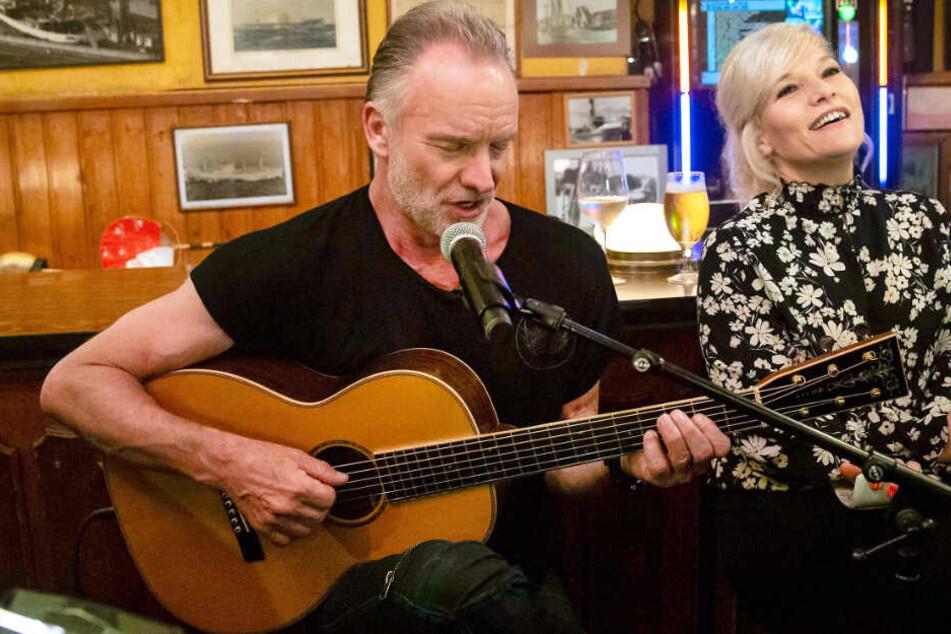 """Sting spielt Gitarre und singt dazu mehrere seiner Song bei """"Inas Nacht""""."""