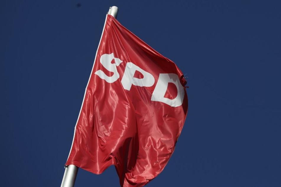 Ein Mitglied der SPD soll wiederholt den Hitlergruß gezeigt haben. (Symbolbild)
