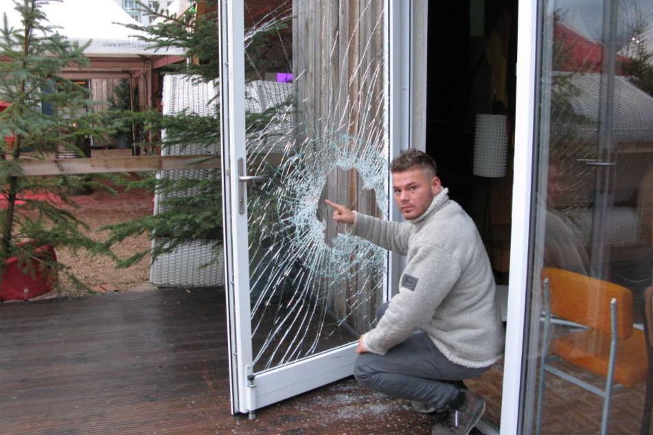 """Einbruch am """"Uferstrand"""": Mitarbeiter Martin Rother (28) zeigt die zerstörte  Glastür zum """"DDR-Raum""""."""