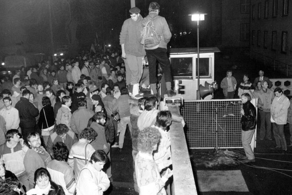 Unterstützt von der Volkspolizei besetzen Dresdner am 5.12.89 die Bezirkszentrale der Stasi.