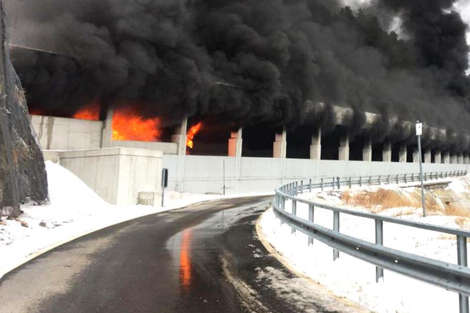 Nach dem Feuer musste die Passtraße gesperrt werden.