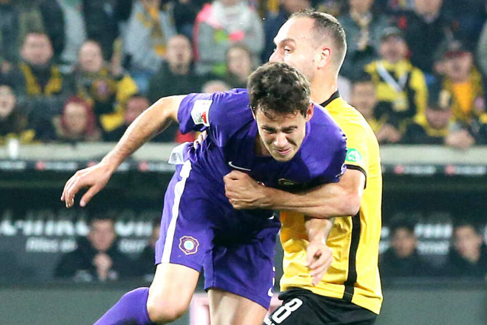 Auch von seinem Ex-Teamkollegen Rico Benatlelli (r.) bekam Clemens Fandrich im Sachsendery gegen Dynamo Dresden ordentlich was auf die Socken.