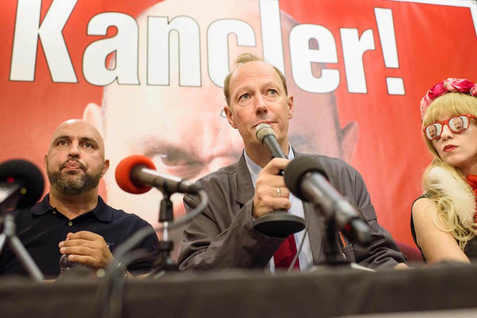 """""""Die PARTEI"""": Spitzenkandidat Serdar Somuncu (v.l.), Vorsitzender der Partei, Martin Sonneborn und Natascha."""