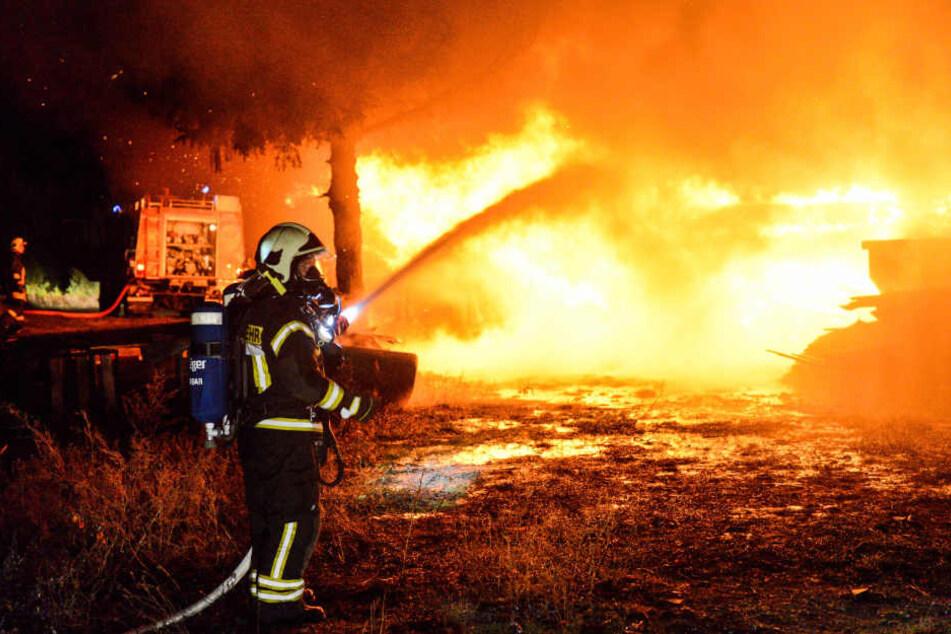 Eine Scheune im brandenburgischen Lehnin hat am Dienstagabend Feuer gefangen.