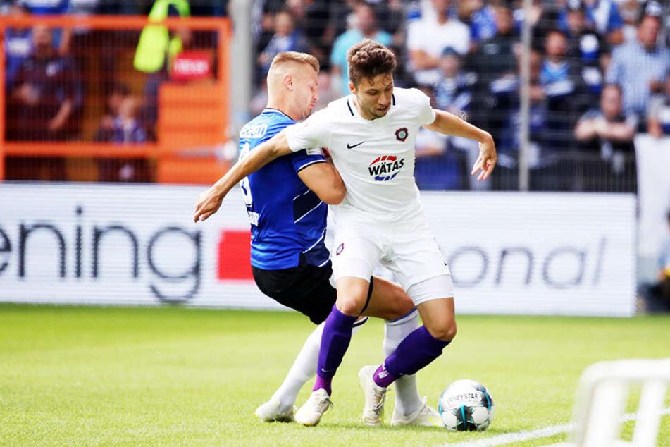 Tom Baumgart (r.) im Kampf um den Ball mit dem Bielefelder Florian Hartherz.