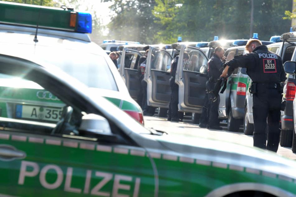 Einsatzkräfte der Polizei durchsuchten zwei Häuser der Gemeinschaftsunterkunft der Flüchtlinge.
