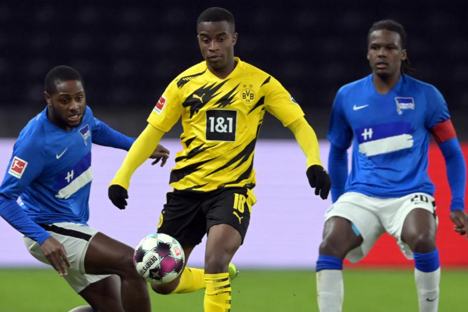 Youssoufa Moukoko (16, Mitte) setzt sich gegen Herthas Deyovaisio Zeefuik (22, l.) und Dedryck Boyata (29) durch. Der Dortmunder avancierte dank seiner Einwechslung zum jüngsten Spieler der Bundesliga-Geschichte.