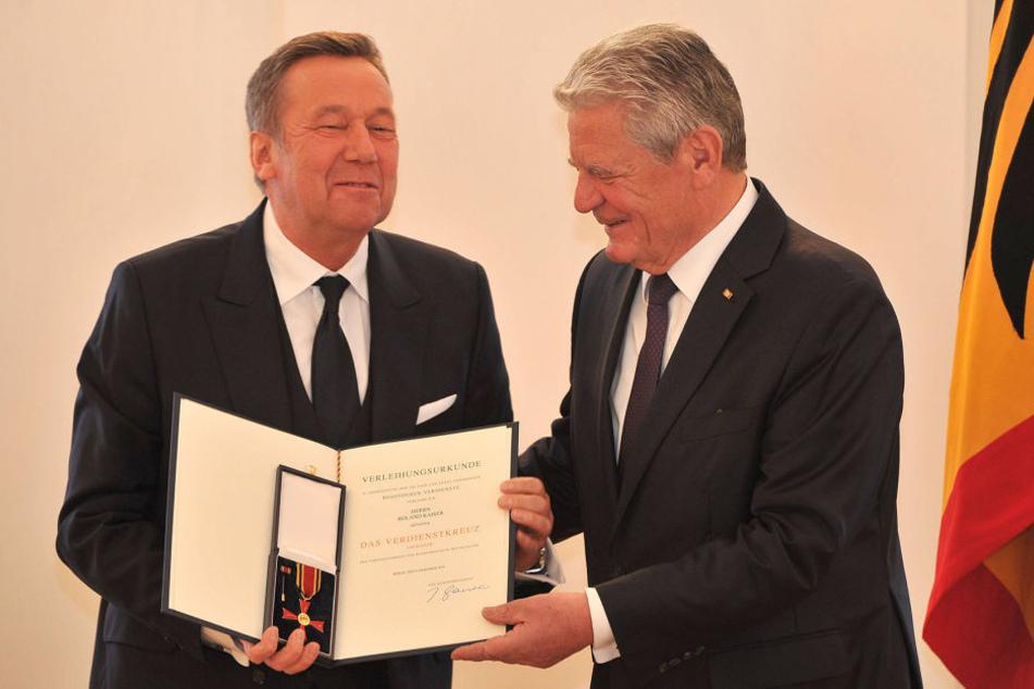 Roland Kaiser (64, li.) wurde von Joachim Gauck (76) mit dem Bundesverdienstkreuz geehrt.