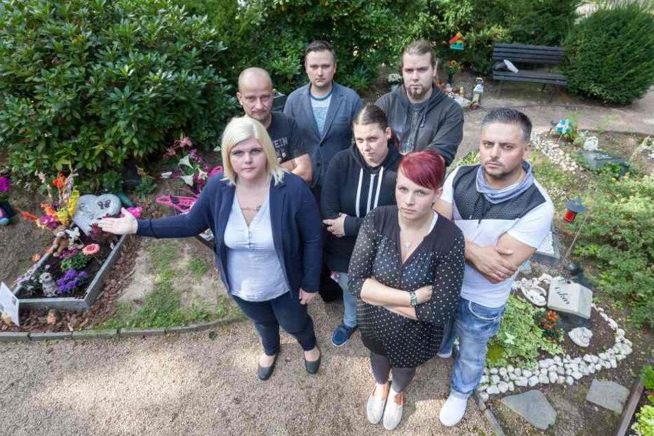 Verzweifelte Eltern: Die Kindergräber auf dem Zwickauer Friedhof  werden immer wieder von Dieben heimgesucht.