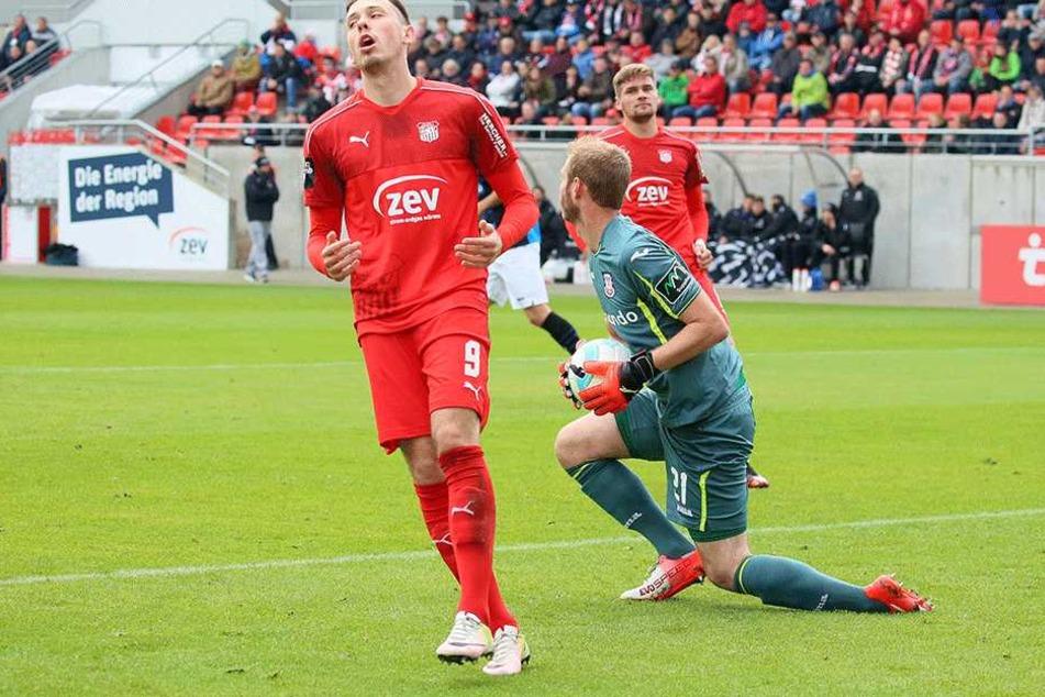 Marcel Bär ärgert sich über eine vergebene Chance gegen den FSV Frankfurt.