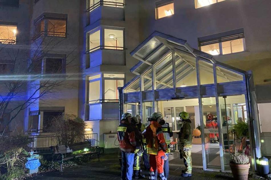 Die Feuerwehr evakuierte nach dem Alarm einen Teil des Seniorenwohnheims in Bergisch Gladbach.