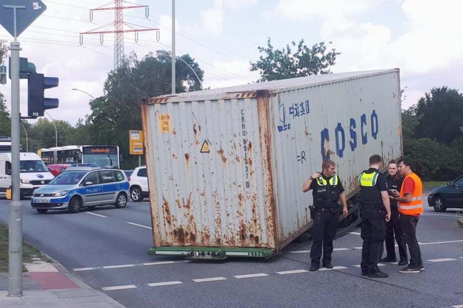 Beamte stehen am Unfallort in Hamburg-Horn.