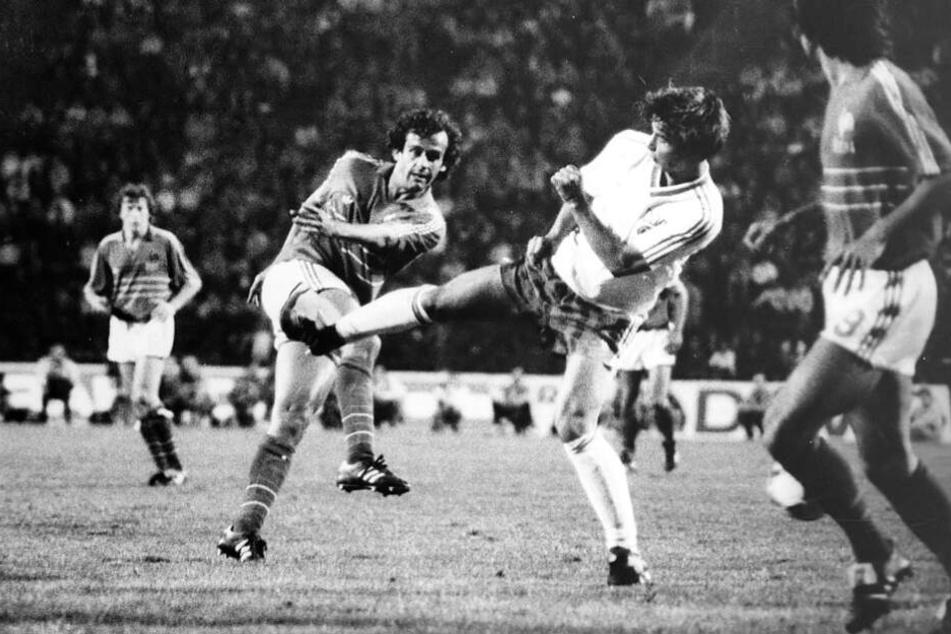 11. September 1986, Länderspiel DDR - Frankreich: Jörg Stübner (M.) versucht, einen Schuss von Michel Platini abzublocken. Die DDR gewann die Partie gegen den damals amtierenden Europameister mit 2:0.