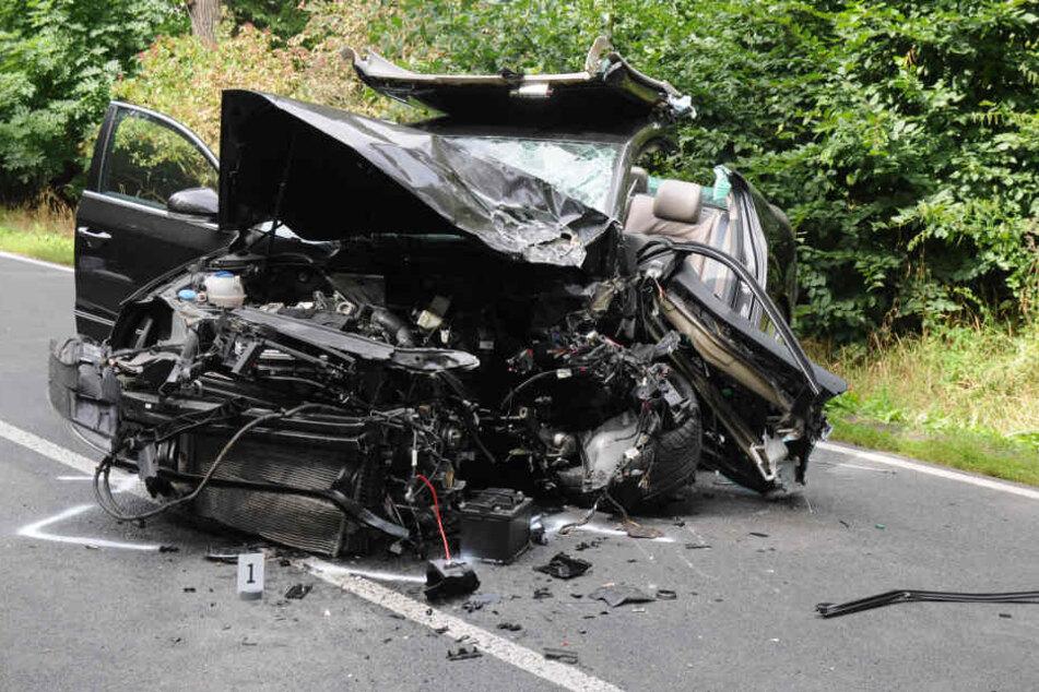 Die Fahrzeuge wurden bei dem Unfall nahe Oschatz vollkommen zerfetzt.