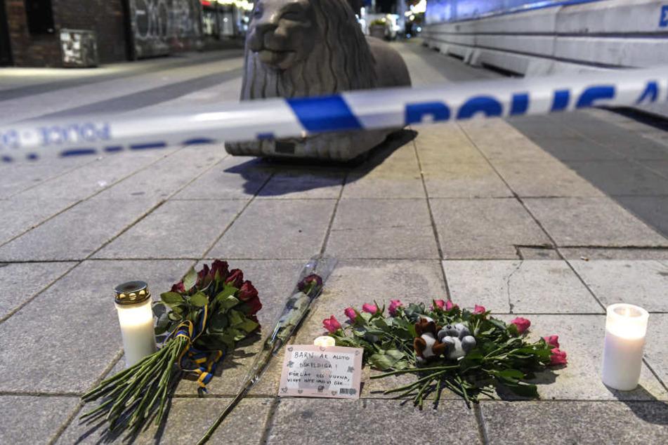 Trauernde haben Blumen an der Stelle abgelegt, an der sich das Drama am Freitag ereignete.