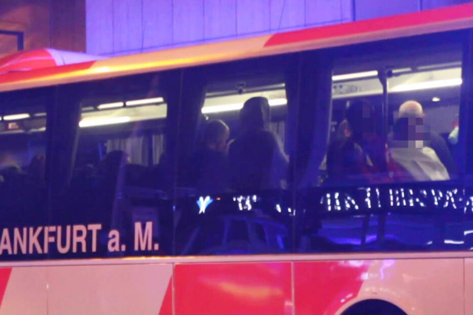 Die rund 68 evakuierten Personen wurden in einem Bus der Feuerwehr betreut.