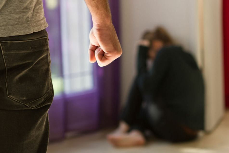 Gefilmt und gefesselt! Mann zwingt Stieftochter zu sexuellen Handlungen