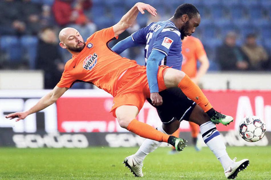 Philipp Riese (l., gegen Bielefelds Reinhold Yabo) gefiel als unermüdlicher Antreiber und Kämpfer.