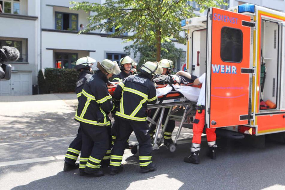Rettungskräfte brachten den Mann in ein Krankenhaus.