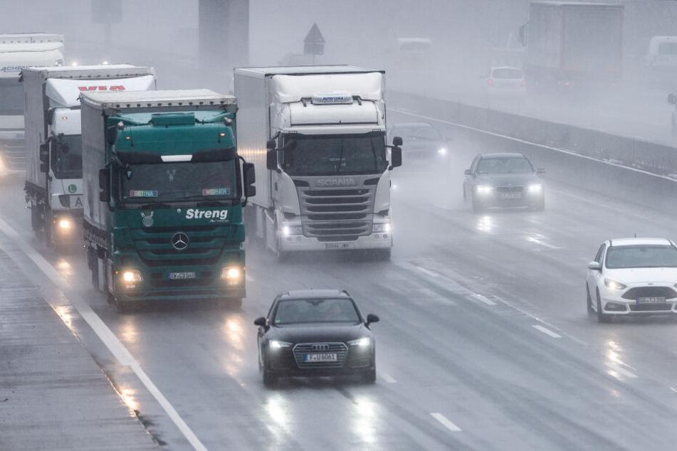 Auf der nassen Fahrbahn der Autobahn krachten fünf Autos im Minutentakt ineinander. (Symbolbild)