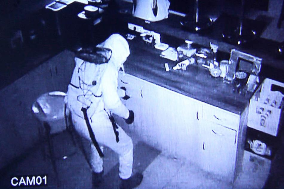 Vor laufender Kamera plünderten Ganoven den Automaten in der Kiezkneipe.