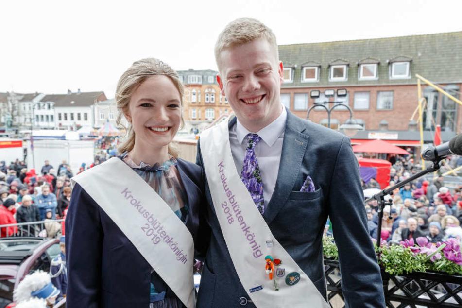 Husums Krokuskönigin 2019, Therese Thamsen, und ihr Vorgänger Oke der Erste stehen auf dem Balkon des Alten Rathauses.