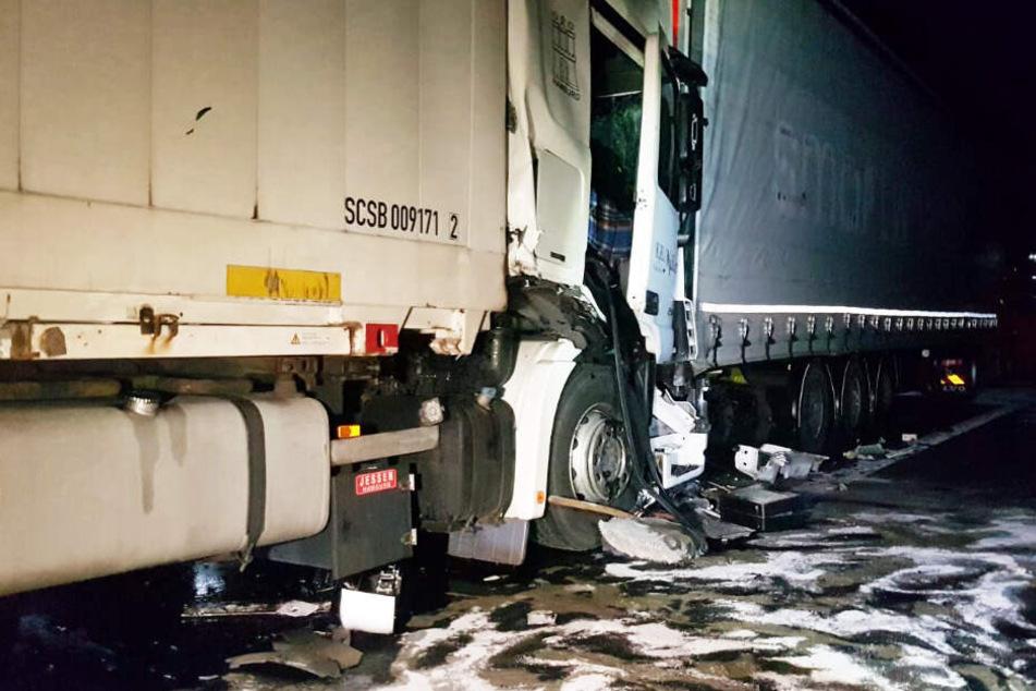 Ein Lkw ist in ein Stauende gekracht.