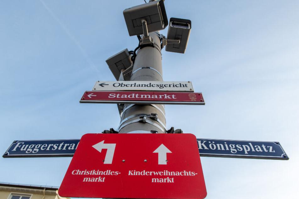 Am Königsplatz sind an einem Mast Videoüberwachungskamneras angebracht. Eine diese Kameras soll ebenfalls die Tat gefilmt haben.