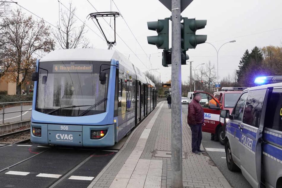 Ein Fußgänger wurde von einer Straßenbahn angefahren und verletzt.