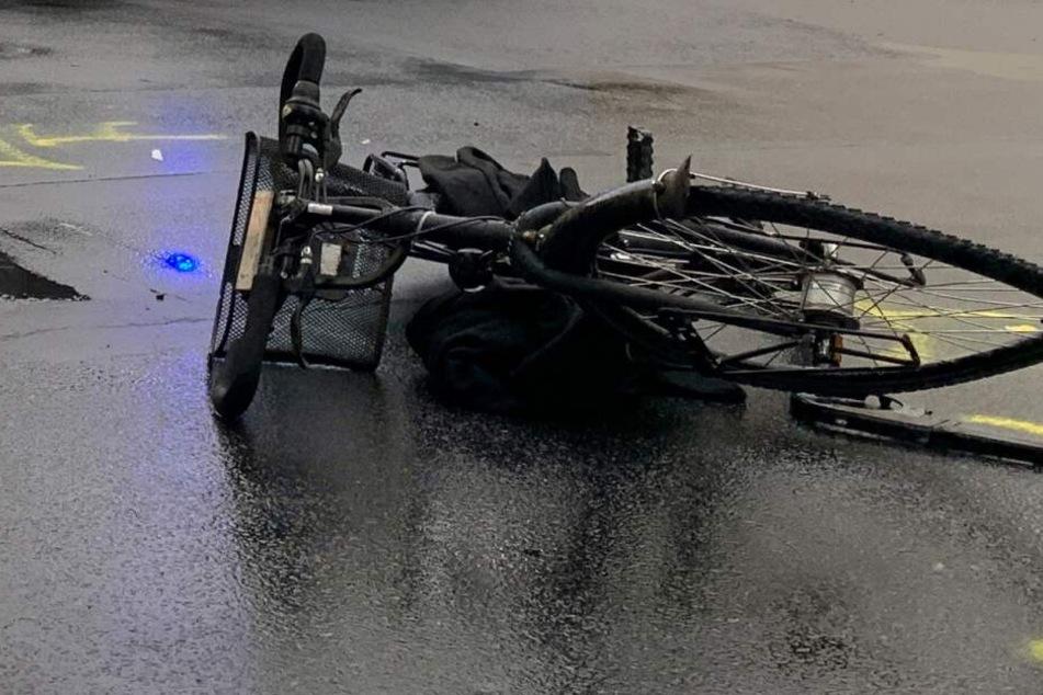 Radfahrerin erleidet bei Crash mit Auto schwere Kopfverletzungen