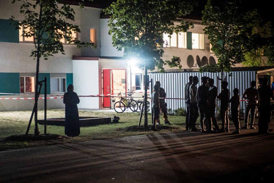 Feuer in Asylunterkunft: Polizei schnappt mutmaßlichen Brandstifter (19)