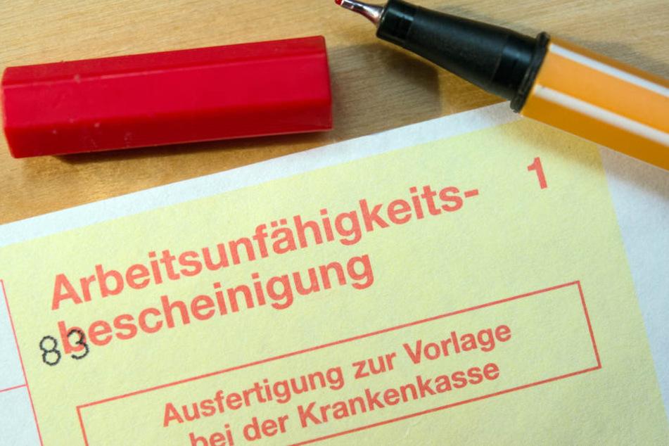 Eine Arbeitsunfähigkeitsbescheinigung - Ausfertigung zur Vorlage bei der Krankenkasse - liegt auf einem Tisch in Sieversdorf. (Symbolbild)