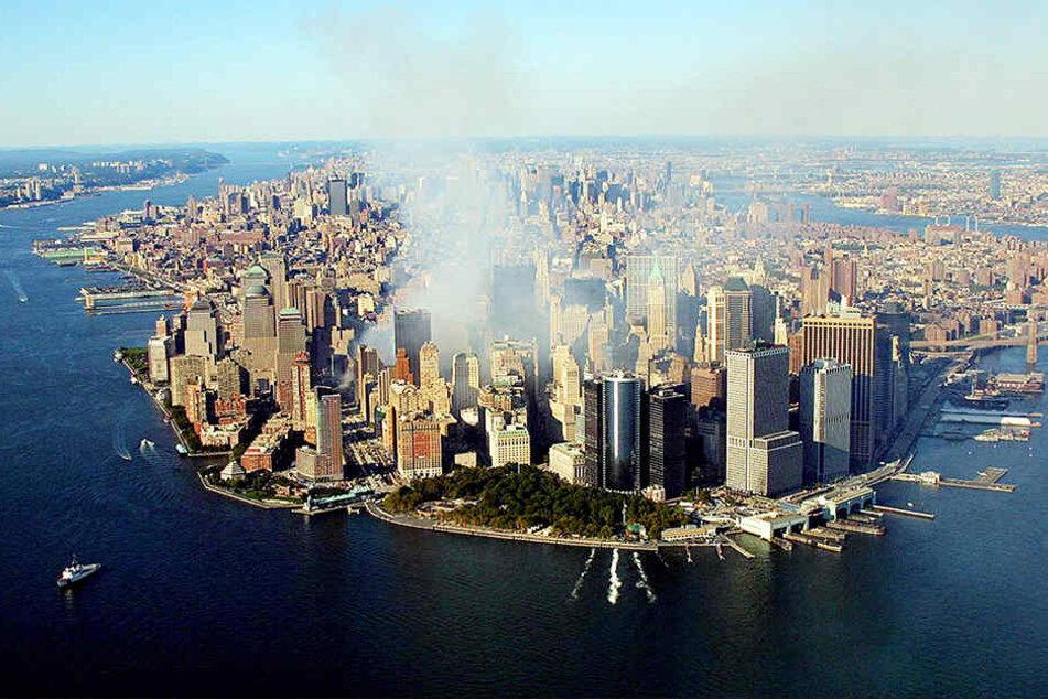 Brachten wirklich zwei Flugzeug-Einschläge die WTC-Zwillingstürme zum  Einsturz? Verschwörungstheoretiker  interpretieren diese Bilder anders.