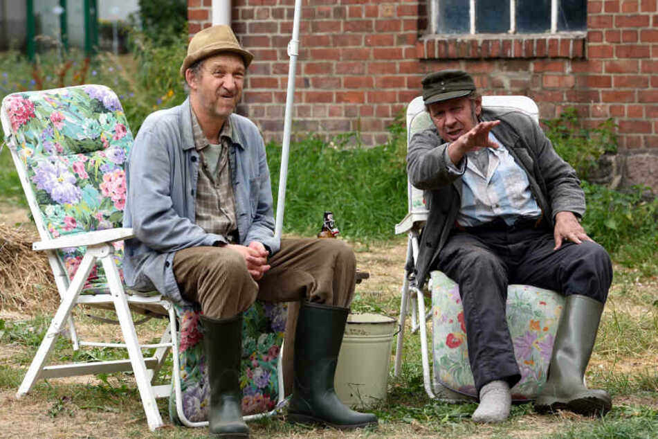 """Jan Fedder (rechts) als Kurt Brakelmann und Heinrich Brix als Adsche Tönnsen in einer Szene von """"Neues aus Büttenwarder""""."""