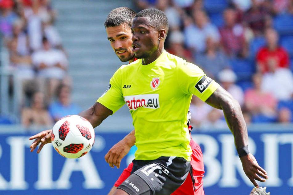 Streli Mamba schoss den FC Energie Cottbus mit einem Doppelpack zum Auswärtssieg in Wiesbaden.