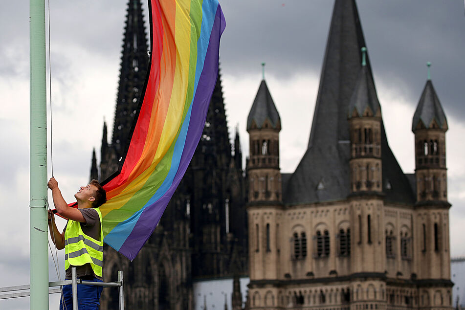 In Köln haben Unbekannte zwei Regenbogenfahnen von einer Kirche abgerissen und angezündet. Die Gemeinde habe am Mittwoch Strafanzeige erstattet. (Archivbild)
