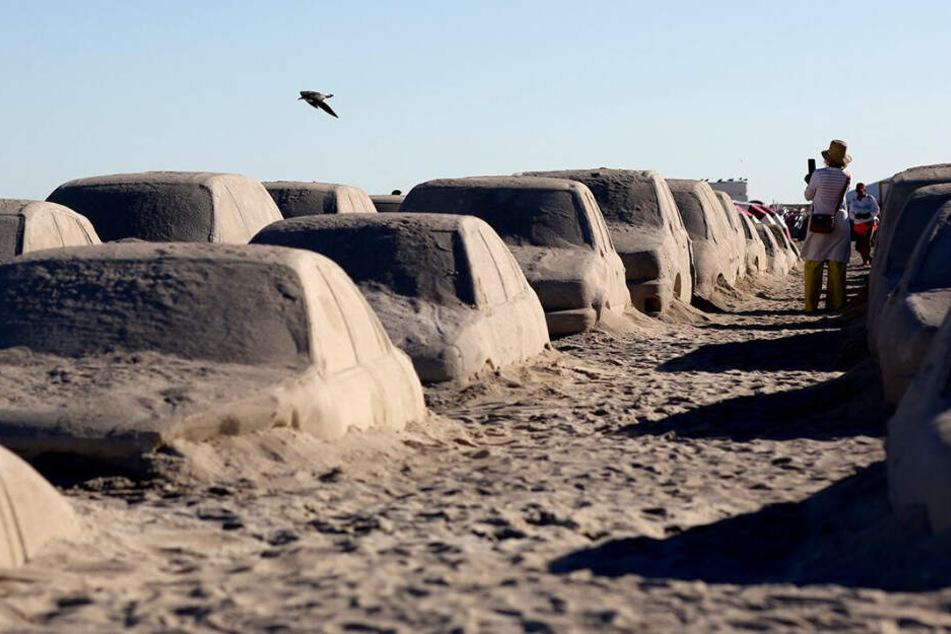 Beeindruckendes Kunstwerk! Künstler baut Verkehrsstau aus Sand