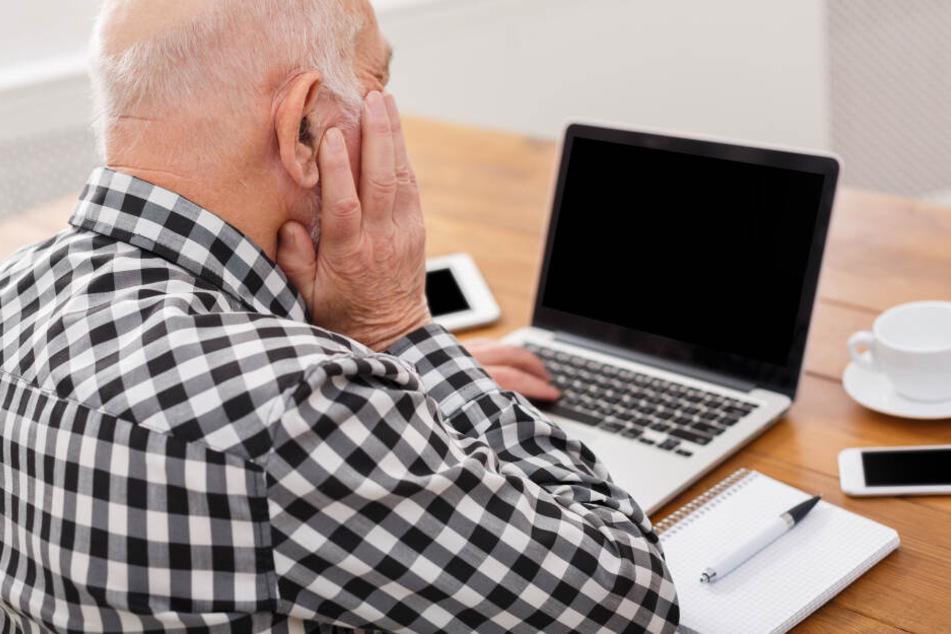 Mann will seinen Computer starten, dann soll er 300 Euro zahlen